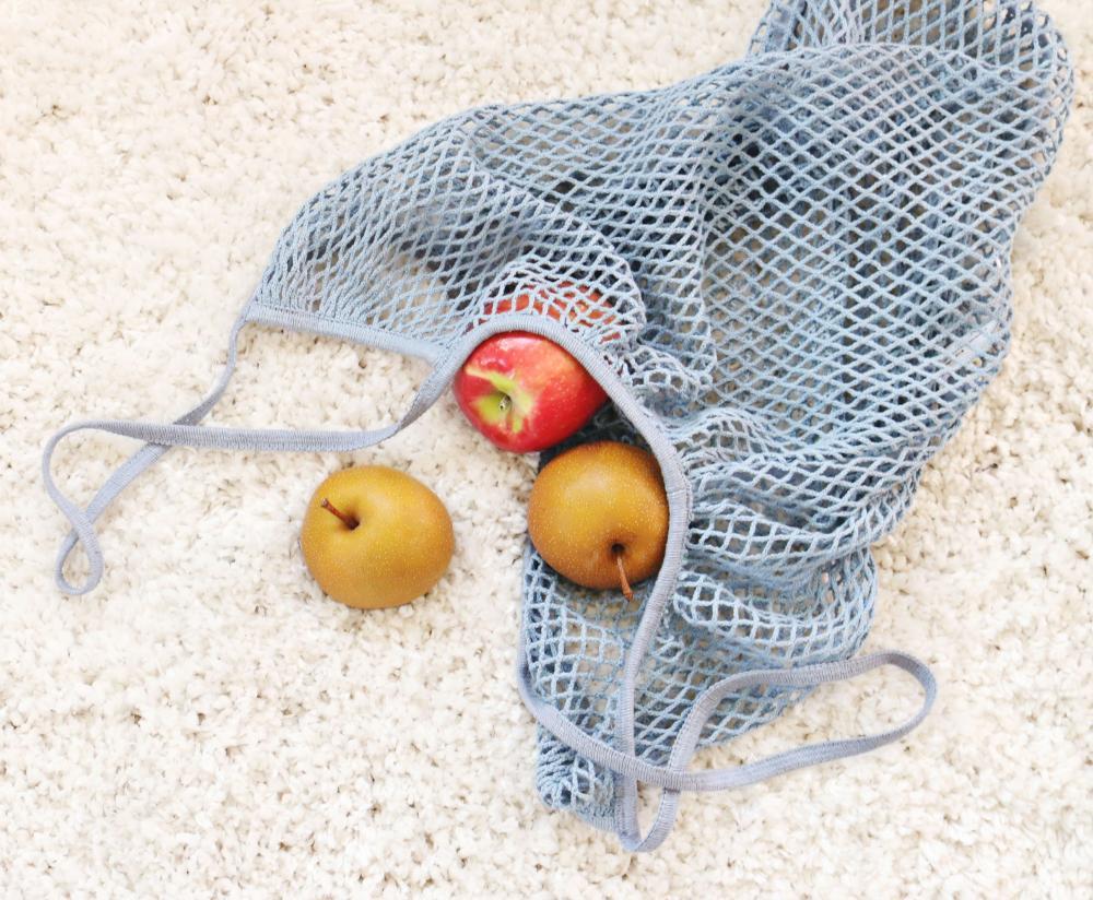 Mrežasta nakupovalna vrečka za večkratno uporabo z jabolki