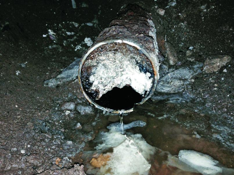 Skoraj popolnoma zamašena kanalizacijska cev zaradi maščobnih oblog.